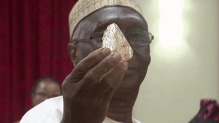 上帝显灵? 非洲牧师挖到706克超大钻石! 价值4.5亿!