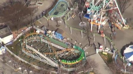 游乐园过山车出故障 18名乘客被困5米高空