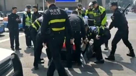 疑似四川绵阳火车站前有女子大街上挥舞菜刀, 被警察围住制伏!