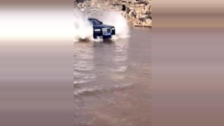 这车厉害了, 直接从水上开过去了, 这是劳斯莱斯吗?