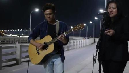 男女街头吉他弹唱《说散就散》走心了, 简直比原唱还好听