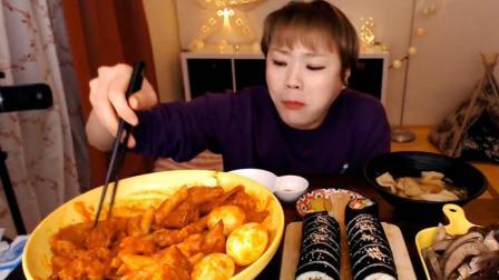 大姐吃鸡蛋拌年糕, 配寿司和大块肉吃, 胃口真大