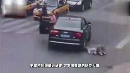 奥迪女司机堵停车场出口, 扬言有种撞过来, 被丰田车主6次撞击