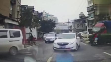 实拍视频: 碰瓷大妈上演最高端碰瓷, 司机躲都躲不开