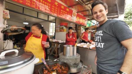 吃货老外在广州路边摊, 吃芝麻糊和炖猪脚, 吃的美滋滋连声说好吃