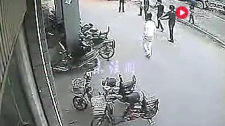 监控实拍: 黑社会打架, 1V2被狂虐身中数10刀! 太残忍