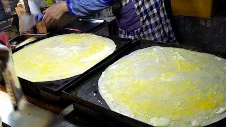 街头小吃鸡蛋饼, 这技术太娴熟了, 排队不断!