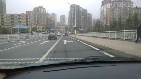 交警提醒: 这种情况下, 右转加直行的车道不能占, 小心被罚
