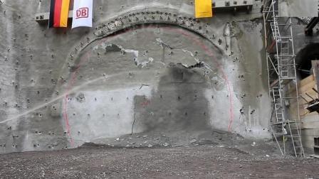 山体隧道被打通的一瞬间, 钻出来个大家伙, 场面太壮观了