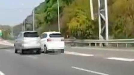 """轿车高速随意变道 后车将其""""顶""""回原道"""