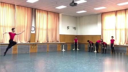 小鲜肉舞蹈室集体展现一字马前滚翻, 真是太帅了