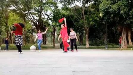 网红广场舞大叔公园跳藏族舞《坐上火车去拉萨》引游园游客一起健身和观看网友点赞