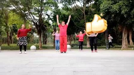 网红广场舞大叔公园健身跳藏族操《坐上火车去拉萨》引游园游客一起健身和观看网友点赞