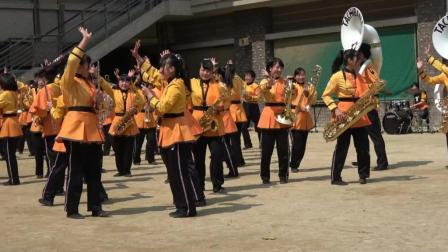 音乐学校的学生们精彩的集体吹奏节目表演