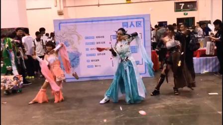 七夕成人女扇子舞与粉红的扇子尬舞