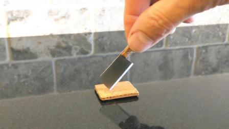 牛人制作了一把世界上最小的菜刀, 用起来真不简单, 太锋利了