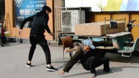 小伙在国内做抽椅子恶作剧, 测试国人摔倒的反应, 惨! 这下知道了#认真搞笑#