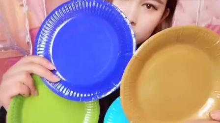 美食吃货: 美食达人吃糯米纸做的盘子, 猜猜味道怎么样