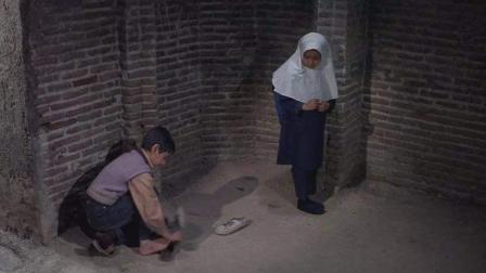 曾经让我哭过的《小鞋子》--哥哥和妹妹互相轮替穿鞋子去上学
