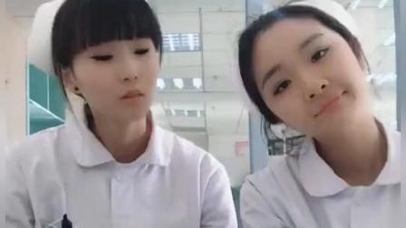 两个美女小护士脱鞋互闻, 白衣天使变白衣逗逼