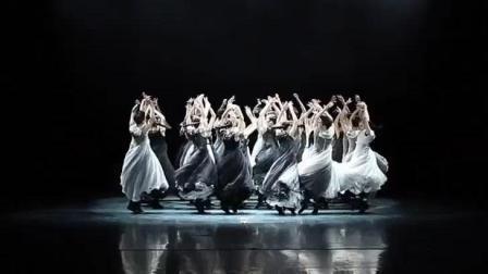 古典舞《墨》, 通过裙这样的传统元素, 展示民族的艺术