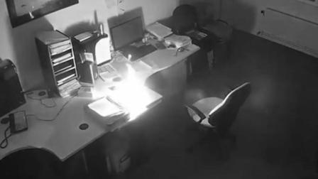 笔记本夜间充电时爆炸 整间办公室被烧毁