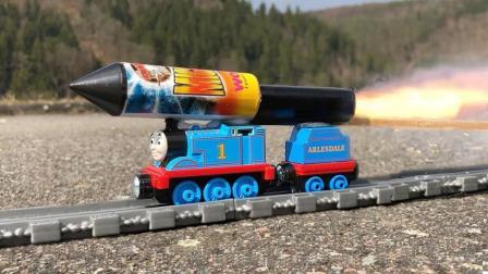 往火车玩具上加个窜天猴, 会发生什么事?
