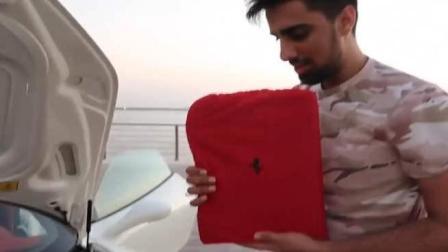 迪拜土豪买法拉利送了一个笔记本, 打开之后身边的美女笑喷了!