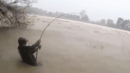 疯狂的钓鱼人在洪水中搏击, 最后钓上来个大家伙, 我直接看呆了