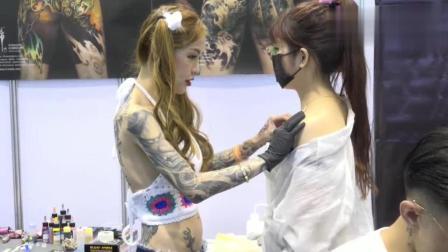 台湾国际纹身艺术展上, 美女大胆的观众现场体验肩部纹身