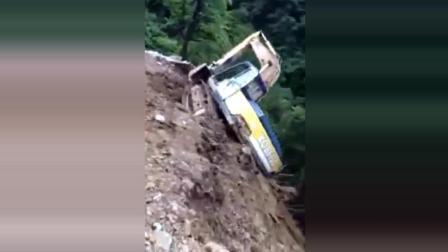实拍挖掘机山崖发生滑坡, 果断弃车走人!