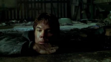 小伙准备爬出下水道, 没有想到发生了意外