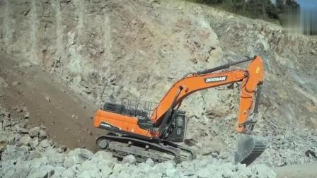 挖掘机着急下班, 直接从山坡溜下来, 隔着屏幕都紧张了!
