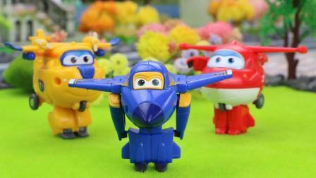 超级飞侠乐迪、小爱、多多、米莉帮助小猪佩奇邀请好朋友参加生日派对