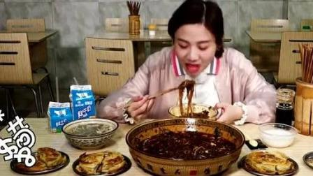 大胃王密子君吃肥肠粉! 别人都是小碗的, 你是直接把你祖传大盆拿出来了