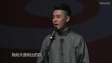 德云社演员张云雷坐轮椅上台演出, 台下女粉丝沸腾了! 尖叫不断!