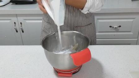 糖霜饼干制作(二): 加入85克糖粉与黄油混合
