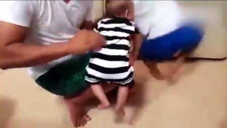 宝宝这动作真逗, 是加兰特反射, 快找6个月以下的小baby玩一把!