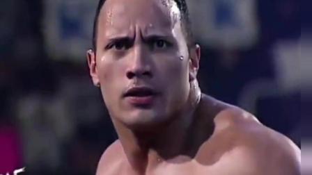 WWE: 巨石强森快撑不住了, 送葬者及时赶到帮忙