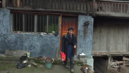 贵州农村孤苦老人, 过年后到亲戚家拜年, 提着礼物看着都心疼