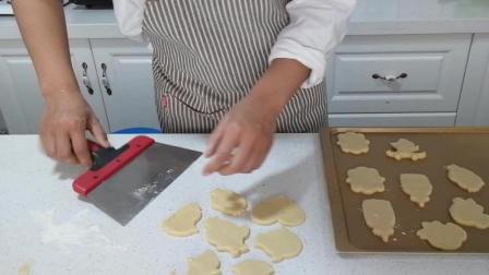 糖霜饼干制作(十八): 用铲刀把成型的饼干放入烤盘中