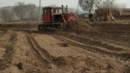 20年前的东方红履带拖拉机, 以前农村修路 拉犁耕地都靠它
