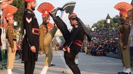 印度不只有摩托车叠罗汉 还有更精彩的边境升旗仪式 闻名世界