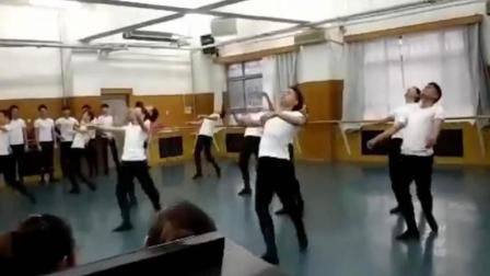 中央民族大学17舞蹈学院教育男班民间舞表演