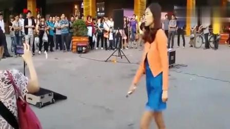 流浪歌手街头献唱, 被围的水泄不通, 真是高手在民间!