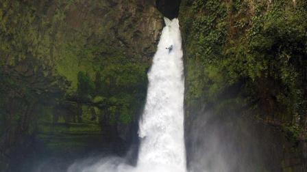 23岁皮艇手挑战极限, 从39米高瀑布俯冲直下