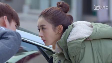 赵丽颖观察张翰的跑车, 翰哥竟说她是偷车贼, 颖宝被吓得摔倒了
