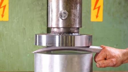 把金刚狼爪子放到液压机下, 启动开关, 它会变成什么样? 太厉害了!