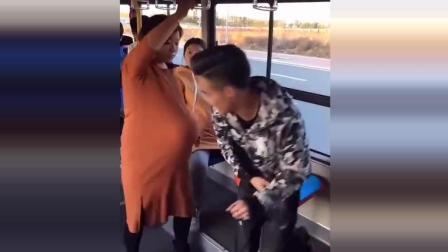 公交车上小伙摸孕妇的肚子, 孕妇的反应太逗了, 让人笑得停不下来