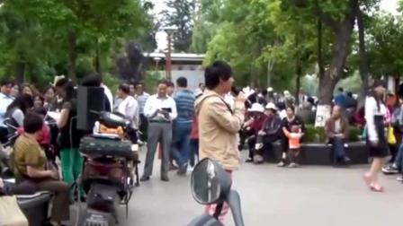 街头流浪歌手唱歌真好听, 路过行人纷纷驻足, 这嗓子真可以!